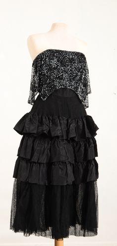 """Svart klänning med handsydda paljetter, 1960-tal. Märkt """"Leja Stockholm"""""""
