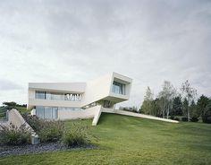 Die Zukunft ist weiß: Kantiges und futuristisches Heim ist voll von Klarheit und Reinheit