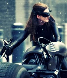 BTS of TDKR: Anne Hathaway as Catwoman on the Batpod