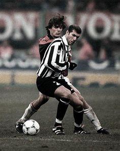 Zinedine Zidane and Paolo Maldini leyendas Football Hair, Football Icon, Best Football Players, Football Is Life, Retro Football, World Football, Sport Football, Soccer Players, Zinedine Zidane