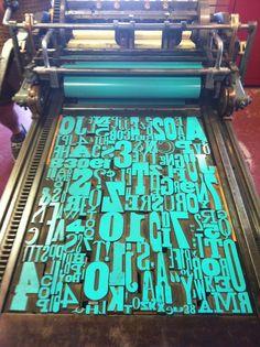 a máquina de impressão ainda é utilizada nos tempos modernos para cartaz ou outros objetos com o objetivo de remeter um design vintage e conceptual