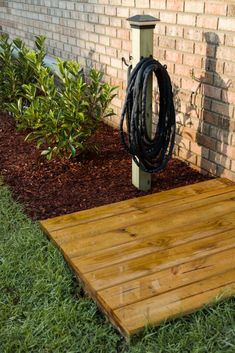 Garden Hose Holder, Gorgeous Landscaping Ideas, Curb Appeal - Beautiful and functional yard watering station with a floating platform deck and hose storage post. Backyard Projects, Outdoor Projects, Backyard Patio, Patio Decks, Backyard Garden Design, Decks And Porches, Garden Projects, Outdoor Ideas, Garden Hose Holder