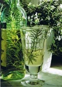 Zutaten: -750 ml trockenen Riesling -100 gr. Zucker -1 Bio-Zitrone -20 Gramm Rosmarin-ZweigeWein und Zucker in ein hohes Gefäß geben und etwas verrühren. D