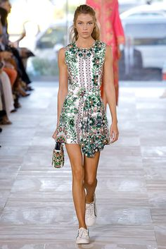 d46aed63595d Tory Burch Spring 2017 Ready-to-Wear Fashion Show Collection  See the  complete Tory Burch Spring 2017 Ready-to-Wear collection.