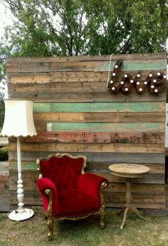 Palette de bois, fauteuil en velours rouge et photobooth pour mariage bohème // http://www.deco.fr/loisirs-creatifs/photos-78715/