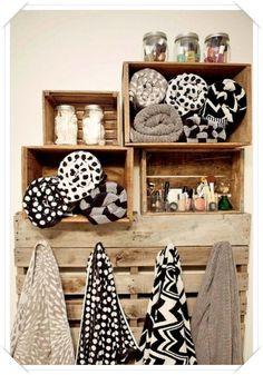 idee originali per portasalviette - porta asciugamani cassetta di legno