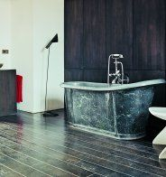 Une salle de bain noire et blanche comme une pièce à vivre - Marie Claire Maison