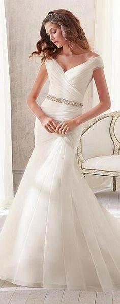 El vestido de novia sirena es una variante de la silueta del vestido tubo. Este tipo de vestido es ajustado en el cuerpo y se ensancha de las rodillas hacia abajo. Trajes de novia y noche - www.anneveneth.com