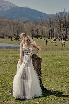 Μαιρη Μπαρολα Νυφικα | Lake photoshoot - Love4Weddings