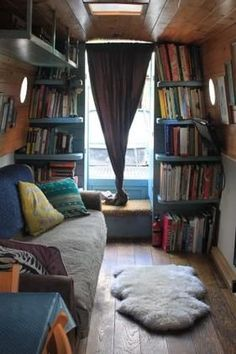 Inspiration for adventurous bookworms: this eclectic reading nook is built into a boat! Canal Boat Interior, Narrowboat Interiors, Houseboat Living, Houseboat Ideas, Living On A Boat, Floating House, Book Nooks, Reading Nooks, Boat Building