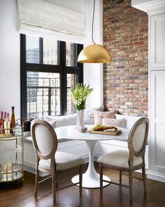 Blanco Interiores: O loft da Olivia Culpo! Kitchen Banquette, Banquette Seating, Dining Nook, Dining Room Design, Kitchen Nook, Dining Chairs, Mesa Saarinen, Home Design, Interior Design