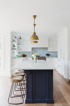Home Bunch Interior Design Ideas White kitchen Benjamin Moore Oxford White perimeter cabinets with navy blue island Benjamin Moore Hale Navy White kitchen Benjamin Moore Oxford White Blue Island Benjamin Moore Hale Navy Luxury Interior Design, Interior Design Kitchen, Interior Livingroom, Contemporary Interior, Blue Kitchen Cabinets, White Cabinets, Kitchen Island, Kitchen Sink, Classic Kitchen