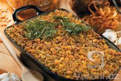 Základ židovského jídla. Nákyp z hrachu, krup a koření. Můžeme použít i fazole nebo jiné luštěniny.