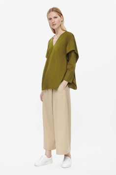 This v-neck top is made from cotton twill with a gusset attached front and back. An oversized fit, it has dropped shoulders, long sleeves and pin hem finishes.