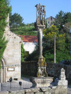 CRUCEIRO DE HÍO / Está situado en la plaza de la iglesia de San Andrés, en Hío, municipio de Cangas de Morrazo. El Cruceiro de Hío fue esculpido por el maestro José Cerviño en 1872 / por Wikimedia