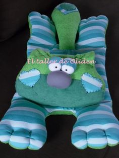 Gato Guarda Pijamas - $ 350,00 Sock Dolls, Baby Room Design, Fabric Toys, Easy Sewing Projects, Felt Toys, Sewing For Kids, Burp Cloths, Crochet Toys, Kids And Parenting
