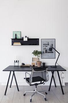 domowe biuro oparte na kontraście bieli i czerni