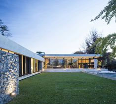 Image 8 of 37 from gallery of BT House / Estudio Jorgelina Tortorici Arq. Photograph by Alejandro Peral Modern Architecture House, Futuristic Architecture, Residential Architecture, Architecture Design, Modern Houses, Casa Art Deco, Best Modern House Design, Casas Containers, Concrete Houses