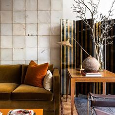 Such a sophisticated space by London designer Jonathan Reed. #jonathanreed #london #style #sreeddesign #interiordesign #architecture #historicpreservation #autumnal #warm #contemporary #chic