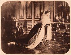 L'impératrice Eugénie agenouillée sur un prie-Dieu dans le salon du palais de Saint-Cloud, Gustave Le Gray, 1856