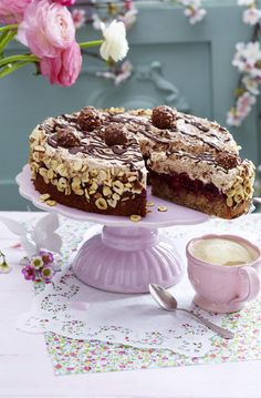 Feine Rocher-Torte mit Kirschdeko Our popular recipe for Fine Rocher Cake with Cherry Decoration and over more free recipes on LECKER. Rocher Torte, Baking Recipes, Cake Recipes, Cupcakes Amor, Brownie Bites Recipe, Sweet Bakery, Cake & Co, Baking Cupcakes, Food Cakes