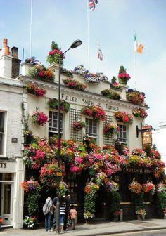 Notting Hill - sehr uriges PUB mit unglaublicher (Blumen-)Deko aussen und (Krimskrams-)Deko innen