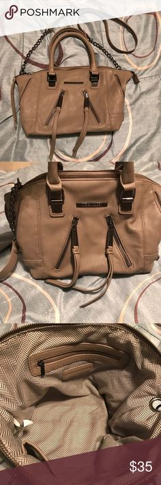 👜Steve Madden Handbag 👜 👜Steve Madden Handbag Purse Shoulder Bag 👜Never used  👜Super cute-goes with anything 👜Approx 15 x 8  👜Sorry no trades🚫 👜Happy Poshing😊 Steve Madden Bags Shoulder Bags