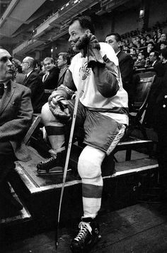 Gordie Howe takes a seat in the stands before the Detroit Red Wings game against the New York Rangers at Madison Square Garden in New York City. Hockey Rules, Hockey Teams, Hockey Players, Ice Hockey, Hockey Stuff, Detroit Red Wings Game, Red Wings Hockey, Hockey Boards, Detroit Sports