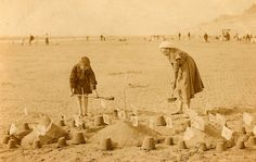 Edwardian Era: Lovely Vintage Photos of Children on the Beach Beach Pictures, Colorful Pictures, Old Pictures, Beautiful Pictures, Vintage Beach Photos, Vintage Photographs, Edwardian Era, Mug Shots, Retro
