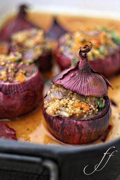 Gefüllte Zwiebeln mit Couscou  // Zutaten: große rote Zwiebeln, Olivenöl, Butter, Zimt, Couscous, Gemüsebrühe, getrocknete Aprikosen, Pinienkerne (oder Pistazien), Petersilie, Salz u. Pfeffer