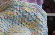 In vielen geliebten Geschichten Drachen gelten als magische und das Design in diese Decke sieht sehr ähnlich wie die Schuppen, die man auf einem Babydrachen sehen könnte. Dieses einfach-zu-Strick-Muster arbeitet sich schnell in jeder weiche wollene Gewicht (Stufe 4) Garn. Die abgebildete erfolgte mit Berocco Komfort (#9811, Multi-Baby) und erfordert etwa 600 yds. Das gezeigte Modell ist eine Puppe in der Größe ähnlich wie Kleinkind 8 lb.  Die pastellfarbene Decke gezeigt ist nur ein Beispiel…