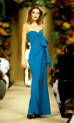 PARIS - Model Carla Bruni walks the catwalk at a YSL high fashion show in Paris, France. According to reports, December 2007 French President Nicolas Sarkozy has asked the Italian model turned. Get premium, high resolution news photos at Getty Images Fashion Week, 90s Fashion, Runway Fashion, High Fashion, Fashion Show, Fashion Looks, Fashion Outfits, Prada Spring, Dior Haute Couture