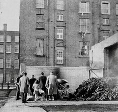 Photo Gloucester Diamond tenement houses, with the tenements of Summerhill in the background. Old Pictures, Old Photos, Dublin Street, Gloucester, Ireland, Photo Wall, Folklore, Twitter, Revolution