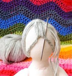 The threads mark the centre of the face (the horizontal thread is the eyeline). The pin marks centre point for hair. Crochet chain pinned to mark hairline (front) Crochet chain pinned… Granny Square's Hair – A Picture Tutorial – Rainbow Hare Inste Doll Crafts, Diy Doll, Diy Yarn Doll Hair, Yarn Wig, Doll Clothes Patterns, Doll Patterns, Henna Patterns, Fabric Doll Pattern, Knitted Dolls