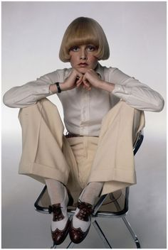 Twiggy wearing shoes made by British shoemaker George Cleverley photo Justin de Villeneuve 1970's