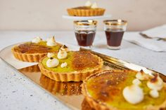 Ez a pikáns matcha teás lime curd tart egy remek példa arra, hogy lehet párosítani a csípőset az édessel. Azért vigyázzatok, meg ne szaladjon a kezetek! Matcha, Tart, Panna Cotta, Cheesecake, Ethnic Recipes, Street, Food, Kitchen, Cooking