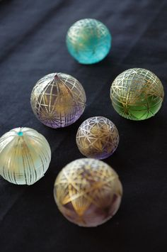 made by Sayoko Eri. Using gold thread, she makes delicate patterns. Glass Ball, Cut Glass, Glass Marbles, Glass Paperweights, China Patterns, Resin Crafts, Glass Design, Japanese Art, Fused Glass