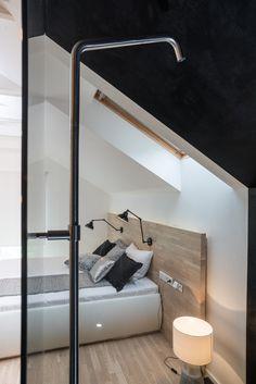 OOOOX   PLZEN - built-in black shower in bedroom