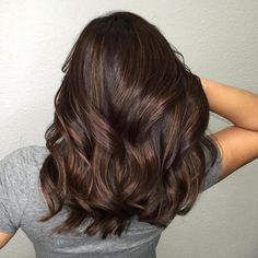Trendy Brown Hair Color Ideas You Can Try brown hair colors, brown hair with caramel highlights, ashy brown hair, chocolate brown hair Medium Hair Styles, Curly Hair Styles, Hair Highlights, Subtle Highlights, Peekaboo Highlights, Brown Hair Colors, Brunnete Hair Color, Hair Color For Morena Skin, Fall Hair