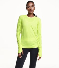 Fitted sports top in fast-drying, jacquard-patterned functional fabric. Long raglan sleeves with wide ribbing and thumbhole at cuffs. Seamless.