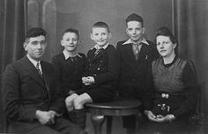 Verzetsfamilie en huisvesting onderduikers : Jan en Sina Ligterink-Brusse op 'de Scheper' in Barlo-Aalten met hun drie zonen.