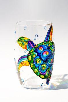 Locéan sur le thème unique verre à boire avec une tortue de mer. Mains peintes avec soin et amour et sont parfaits pour mariage sur le thème de la plage.  * Il sagit dune inscription pour 1 verre de vin sans tige  * Il contient 12,5 oz / 370 ml  * Ce verre est de 4,7 pouces / 12 cm  COMMANDE sur mesure : Ce modèle peut être reproduit sur nimporte quelle forme de verre clair.  Tortues de l'amour ? -Vérifier ceci…