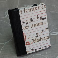 ★カルトナージュのメモ帳ホルダーです。★本体はフランスやイタリアなどの西洋紙で作りました。西洋紙の華やかでシックな趣きをお楽しみください。★クラシックな音符が... ハンドメイド、手作り、手仕事品の通販・販売・購入ならCreema。