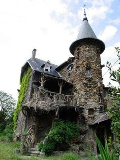 Rapunzel's tower. Darker colours. Focus should be on the dilapidated state. [Gothic House]