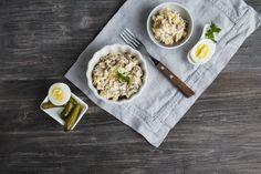 Bramborový salát je pokrm, při jehož přípravě se nevyplatí experimentovat. Tradiční, jak ho známe, chutná nejlépe, proto vám na videu ukáže foodblogerka Mona Jaoua přesný postup a připomene vám, na které ingredience letos nesmíte zapomenout. #recept #bramborovysalat #vanoce #video #rada #tip #recipe #potatosalad #christmas Bbq, Ethnic Recipes, Food, Dressings, Finding Nemo, Plum Tart, Potato Salad Recipes, Summer Salads, Olives