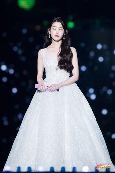 IU's Stylist Gets Praised For Choosing Wonderful Outfits For The Singer Looks Chic, Looks Style, Iu Fashion, Korean Fashion, Korean Celebrities, Celebs, Korean Actresses, Korean Beauty, Ulzzang Girl