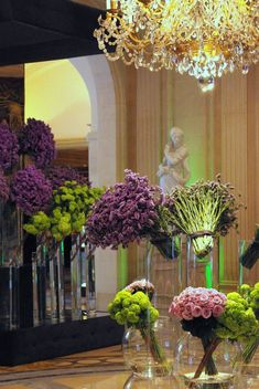 Spring in Paris! Flowers in @Four Seasons Hotel George V Paris' lobby: Statis, Viburnum, Orchidee symbidium and Rose Pacific Bkue.