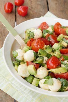 Schneller Caprese-Salat mit Avocado, Tomaten, Mozzarella und Basilikum - Gaumenfreundin Foodblog #salatrezepte #gesunderezepte #schnellerezepte #gesundesalate #capresesalat #grillsalat #grillbeilage #vegetarischerezepte