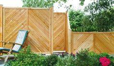 Bei dem Douglasiezaun Allgäu handelt es sich um einen massiven Sichtschutz, der sie vor Einblicken in ihrer Privatsphäre schützt. Die Zaunserie besteht aus vier Zaunelementen in den Maßen von 180 x 180 cm, 90 x 180 cm und 180 x 90 cm, der Zaunabschluss misst 90 x 180 auf 90 cm. Diese und weitere Sichtschutzzäune finden Sie unter http://www.meingartenversand.de/sichtschutz-holz.html