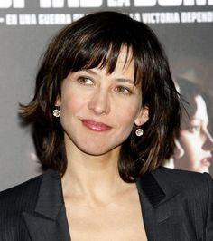 Un bon choix de coiffure pour Sophie Marceau qui rajeunit grâce à sa frange et à…